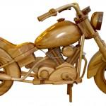 Ein Motorrad aus Holz geschnitten und liebevoll gestaltet