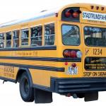 blick von schräg hinten auf einen alten amerikanischen Schulbus