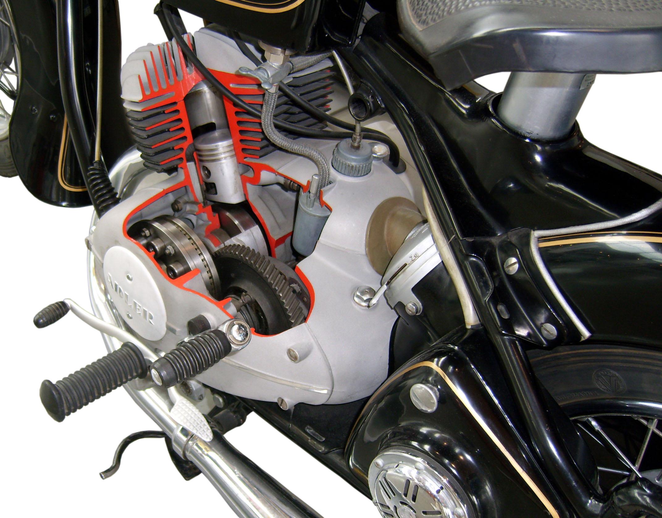 Adler MB 125 im Schnitt mit Blick auf Motor und Getriebe