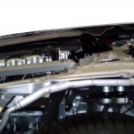 Audi A8 der zweiten Generation von 2010 mit Blick in den teilweise aufgeschnittenen Motorraum von der Seite
