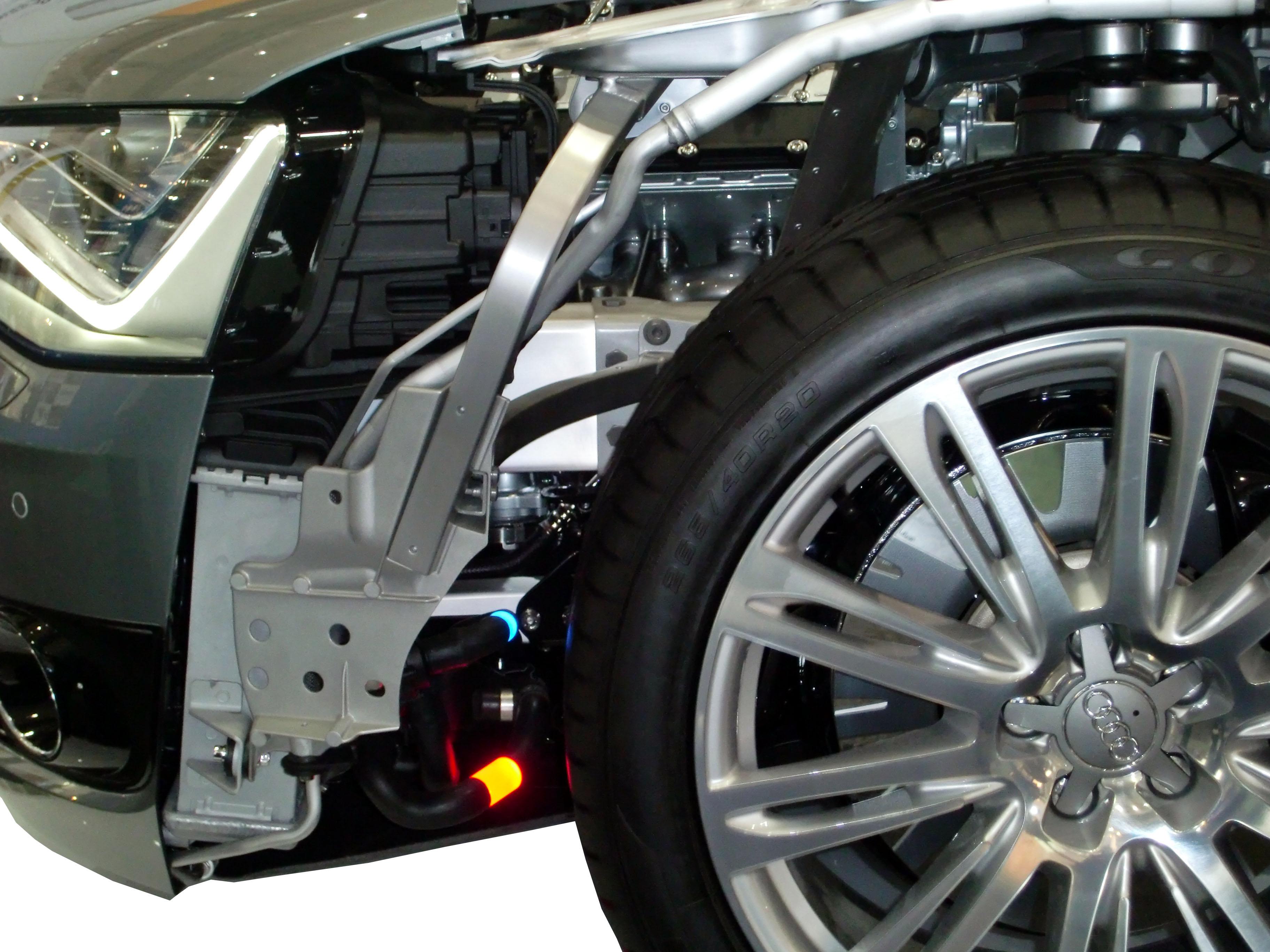 Blick in den Vorderwagen eines Audi A8 Schnittmodelles