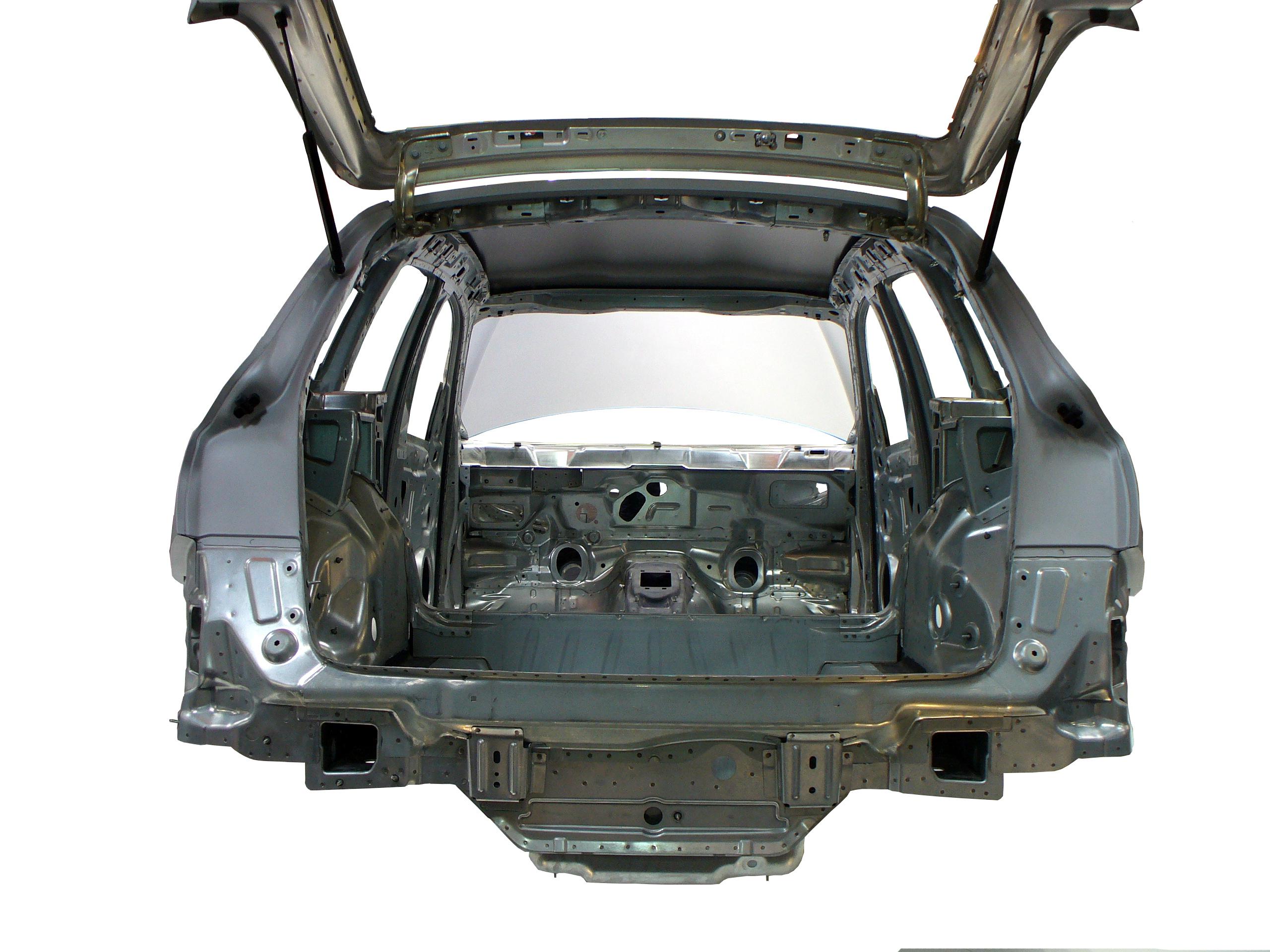 Blick auf die Rohkarosserie des Audi Q5 von hinten in das Fahrzeug