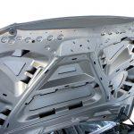 Blick aus dem Motorraum auf die geöffnete Motorhaube der Karosserie des Audi Q5