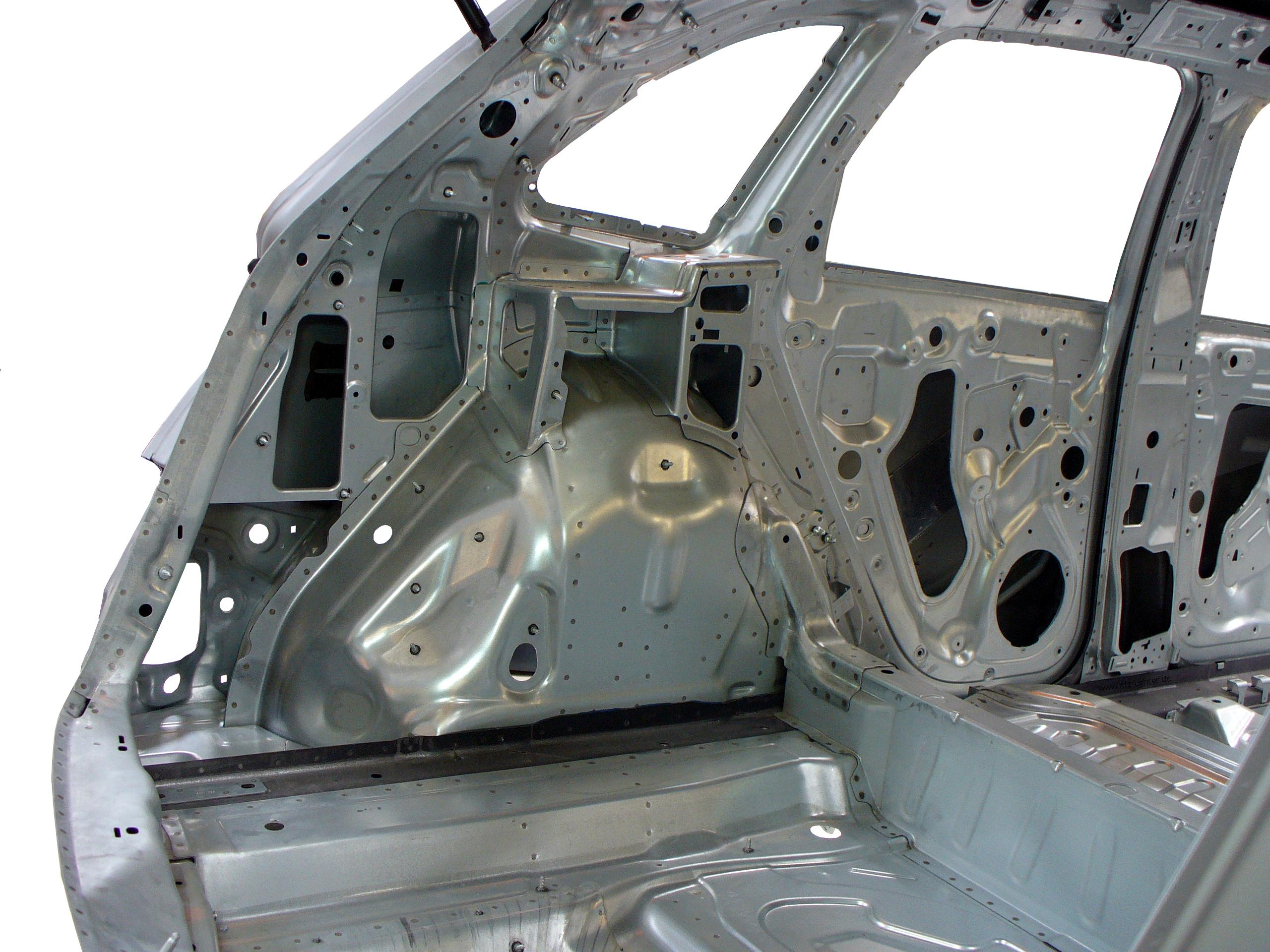 Blick in die Rohkarosserie des Audi Q5 durch die geöffnete Kofferklappe