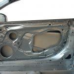 Blick von innen auf die Beifahrertür der Rohkarosserie des Audi R8 von 2008