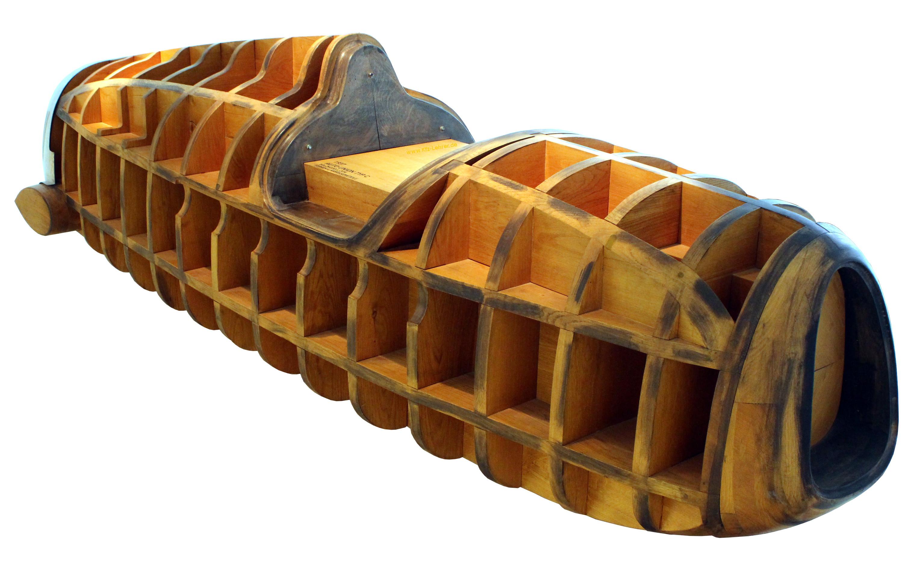 Sie sehen ein Holzmodell zur Herstellung einer Karosserie