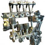 Blick auf Motorenbauteile des BMW Diesels von 2010 in einer Rauminstallation