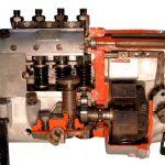 Blick in das Schnittmodell einer Bosch Reiheneinspritzpumpe für alte Dieselmotoren
