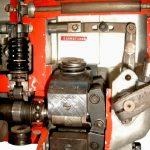 Blick in das Schnittmodell einer Diesel Reihen Einspritzpumpe