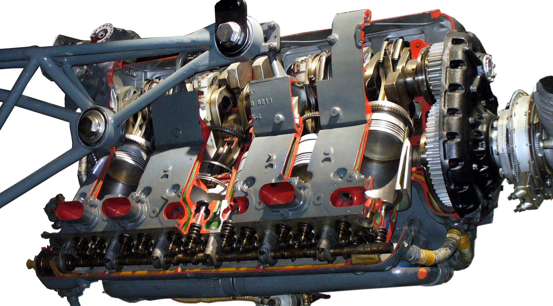 Blick in das Schnittmodell eines Daimler Benz Flugmotors 601 von 1937