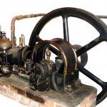 Blick auf einen liegenden Ottomotor von 1902, der als Stationärmotor bei einem Stellmacher montiert wurde