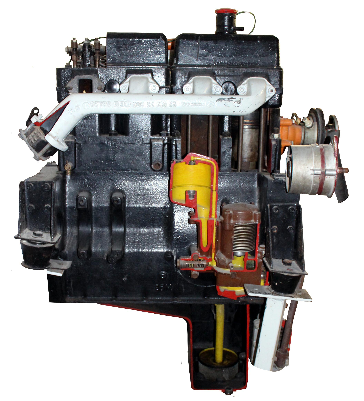 Blick auf das Schnittmodell des Dieselmotors eines Ifa W50