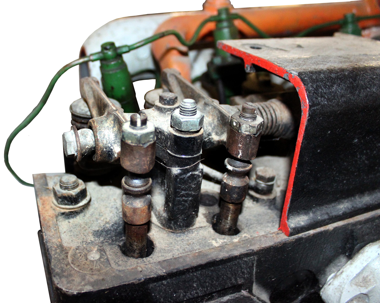 Blick auf das Schnittmodell des Dieselmotors eines Ifa W50. Die Ventilsteuerung ist mit den Kipphebeln sichtbar.