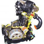 Blick auf und in das Schnittmodell eines Kawasaki Motorradmotors