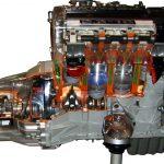 Blick auf den Mercedes Benz 2,3 Litermotor mit Getriebe als Schnittmodell