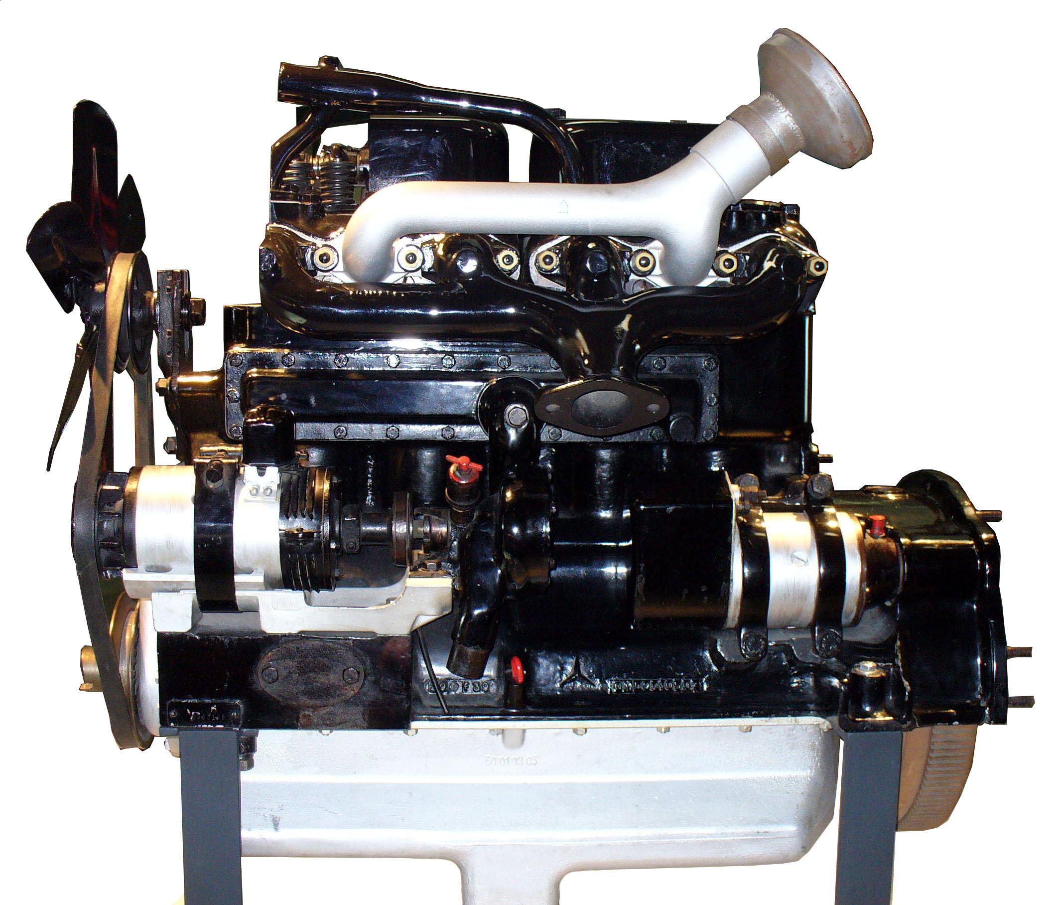 Blick auf die Krümmerseite des Schnittmodelles eines Mercedes Benz Diesel Motors OM59