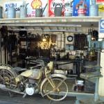 Blick auf eine historische Motorradwerkstatt
