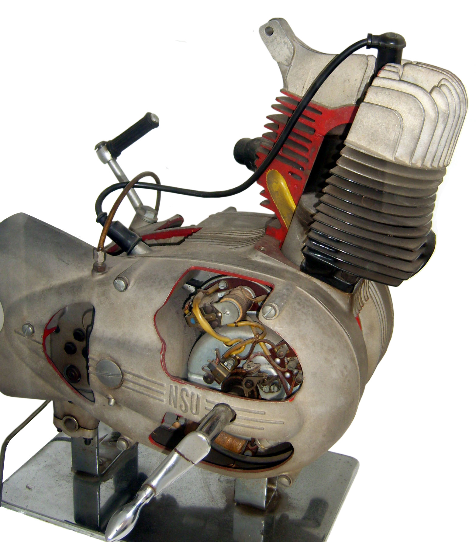 Blick auf das Schnittmodell eines NSU 1-Zylindermotors, luftgekühlt und nach dem Zweitaktprinzip arbeitend