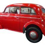 Sie sehen einen roten Opel Kadett aus dem Jahr 1938 von der Seite fotografiert