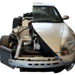 Sie sehen von vorne auf das Schnittmodell eines Porsche 911 Carrera 4 von 1998