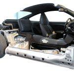 Sie schauen von der Seite auf das Schnittmodell eines Porsche 911 Carrera 4 von 1998