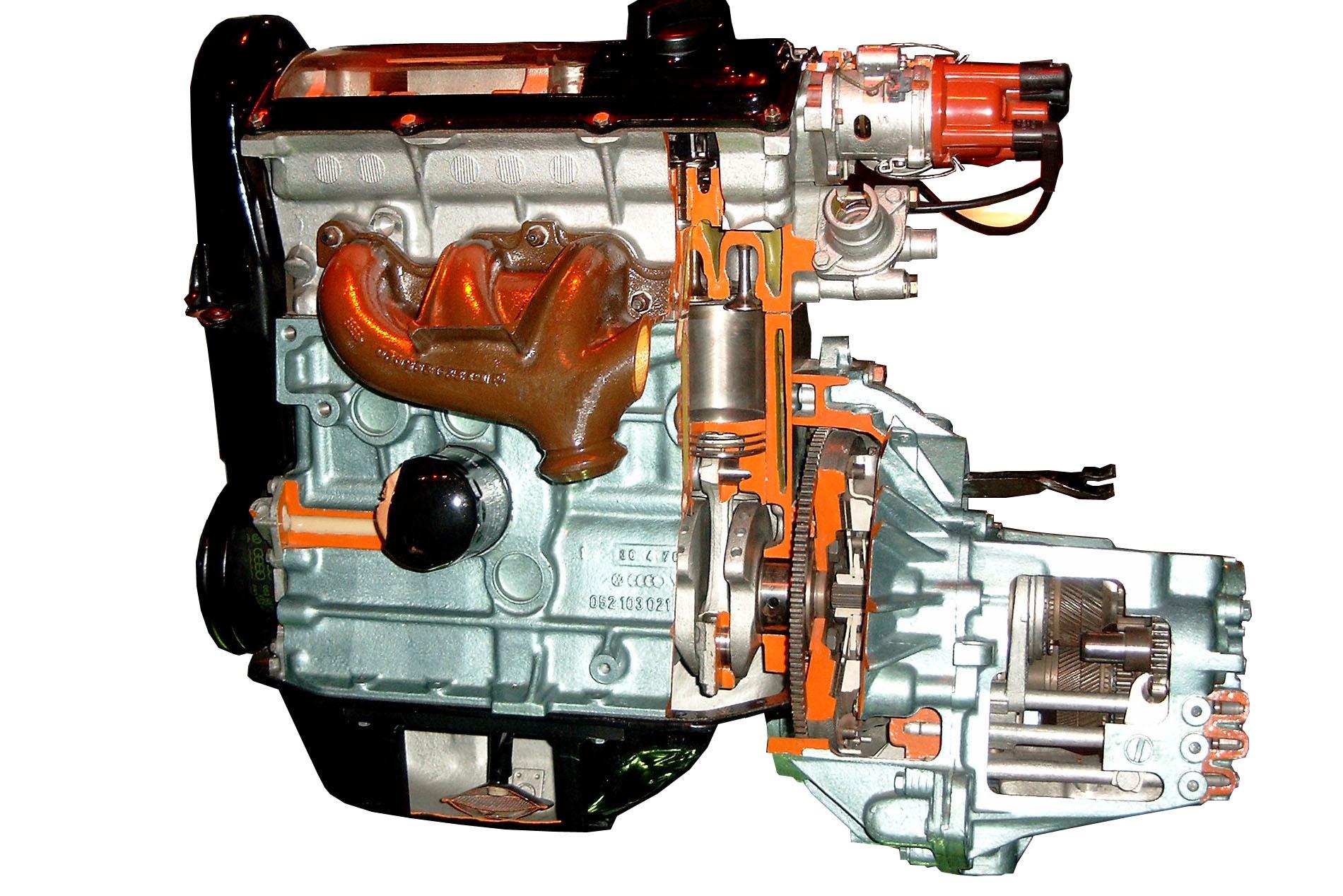 Blick in das Schnittmodell eines VW Golfmotors mit angeflanschtem Getriebe