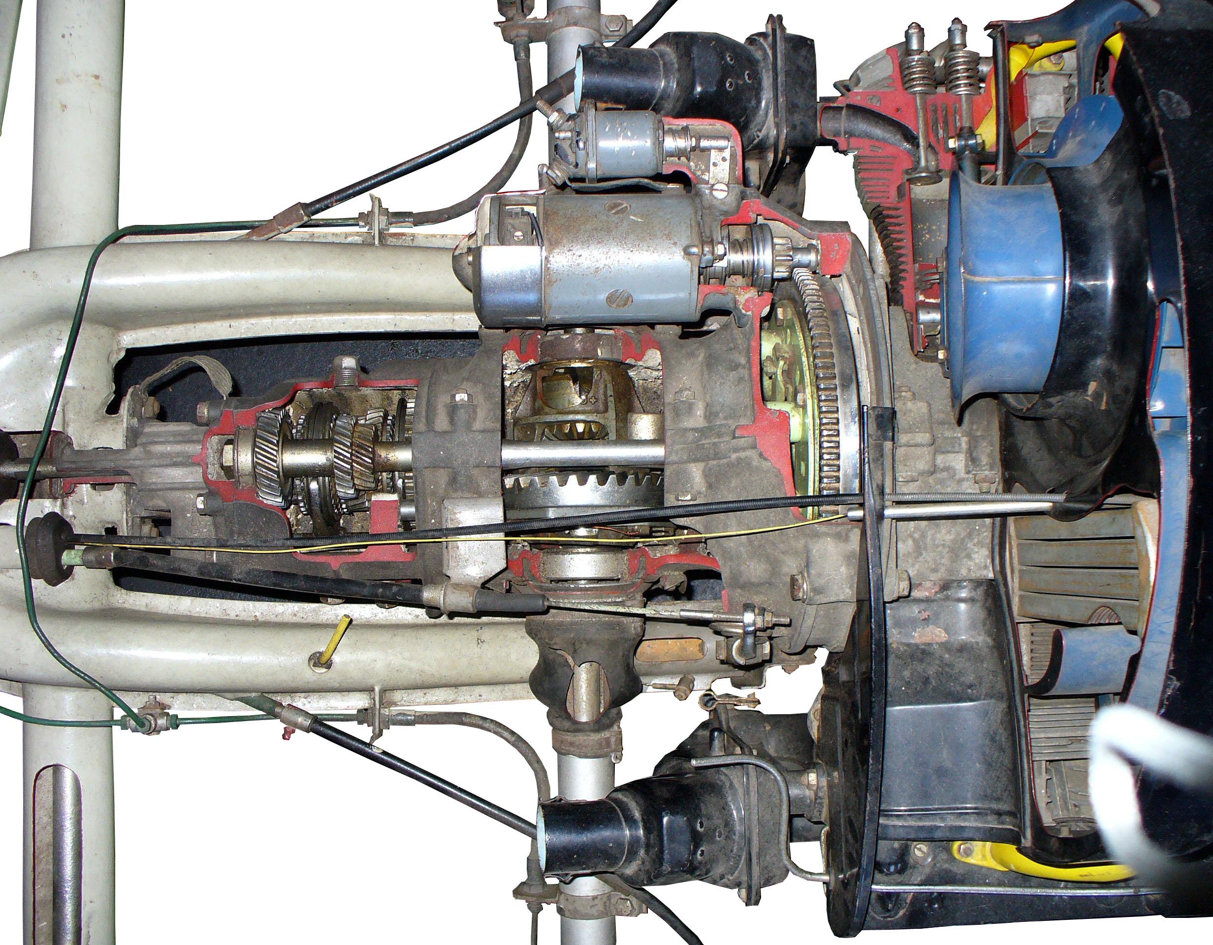 Blick in das aufgeschnittene Getriebe eines VW Käfers aus em Jahr 1956