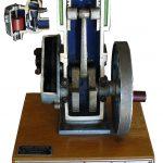Blick auf ein Demonstrationsmodell eines Viertaktmotors, wie es früher z. B. in Fahrschulen gezeigt wurde
