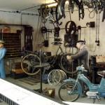 Blick in die linke Hälfte einer nachgestellten nostalgischen Zweiradwerkstatt