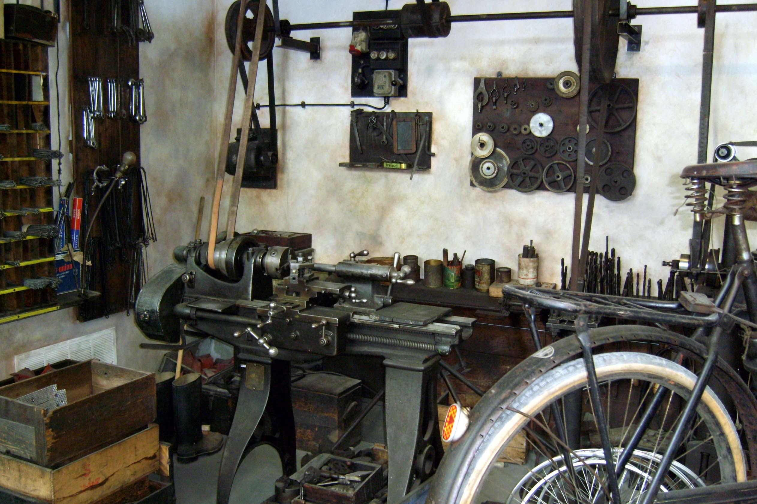Blick in eine alte Zweiradwerkstatt mit Drehbank