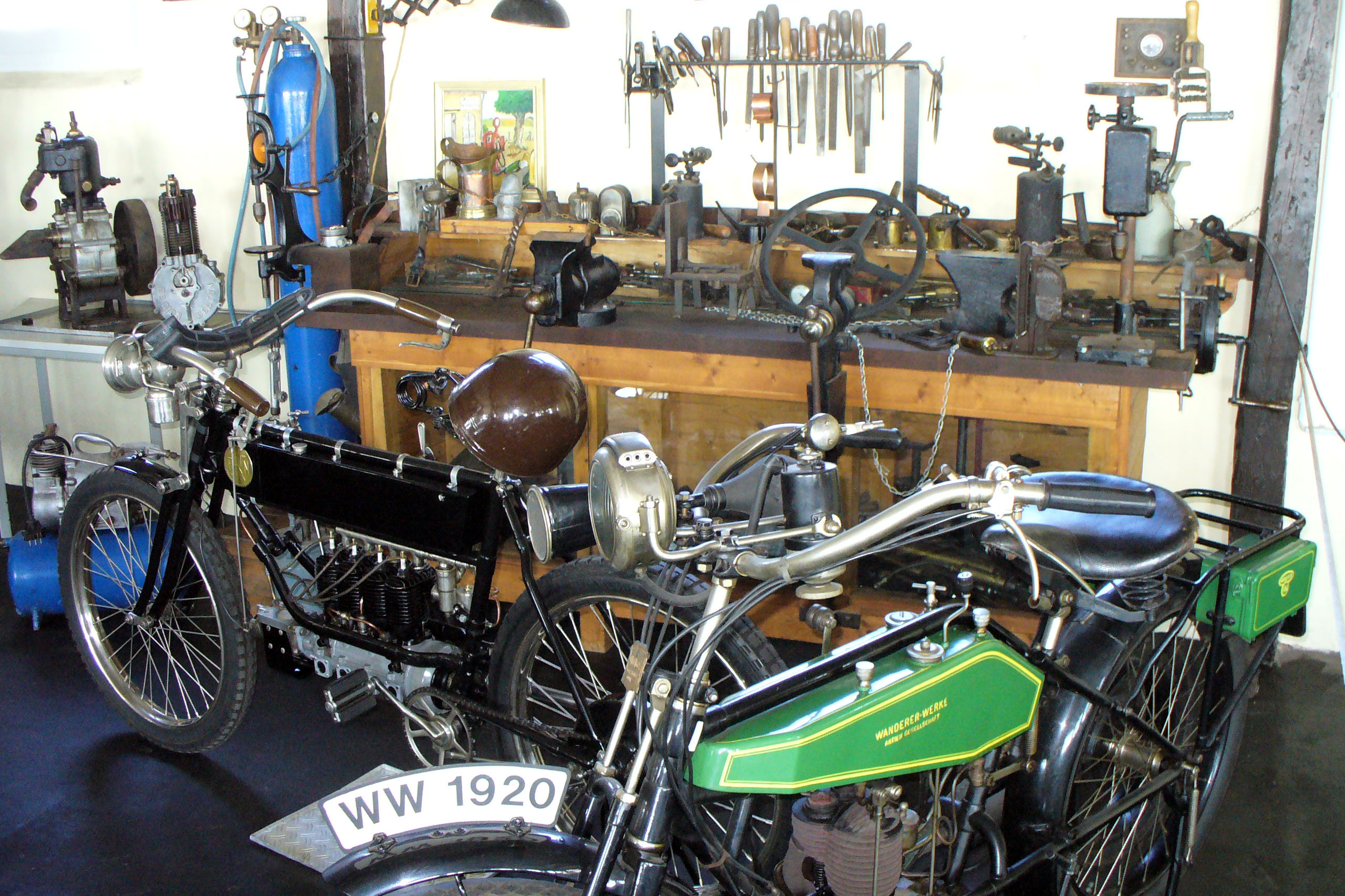 Blick in eine alte Motorradwerkstatt mit zwei Motorrädern