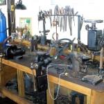 Blick auf die werkbank einer alten Zweiradwerkstatt
