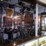 Gesamtansicht einer alten Zweiradwerkstatt