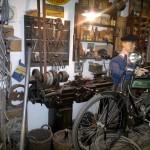 Blick in eine nostalgische Zweiradwerkstatt