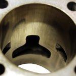 Blick in den luftgekühlten Zylinder eines 1 Zylindermotors und dort auf die Hohnspuren an der Zylinderwand